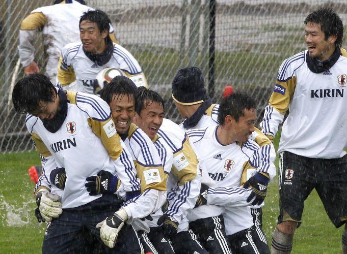 Jogadores japoneses brincam em treino antes da estreia pelo grupo E da Copa do Mundo (junho/2010)
