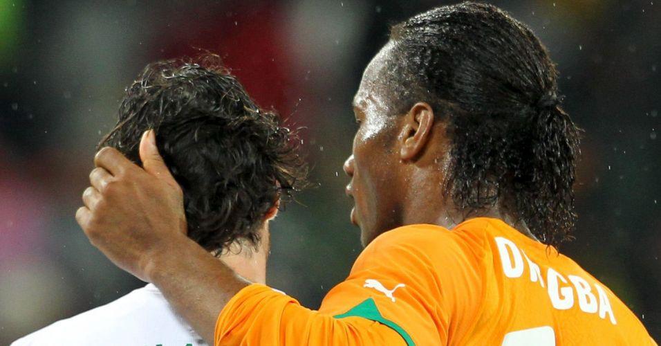 Drogba faz afago em Tiago após o empate entre Costa do Marfim e Portugal na Copa do Mundo (junho/2010)