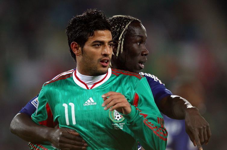 Bakari Sagna, da França, abraça Carlos Vera, do México, no jogo entre as duas seleções pelo grupo A da Copa do Mundo (junho/2010)