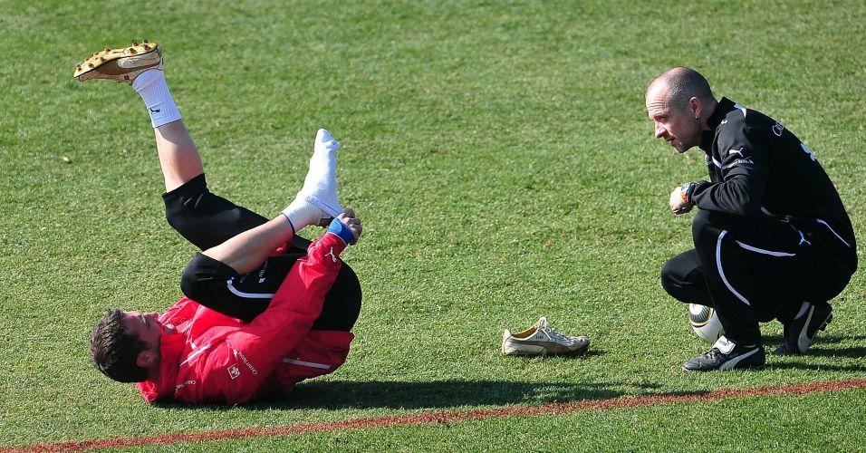 Alexander Frei fica em pose indiscreta diante do treinador da Suíça durante treino para a Copa do Mundo (junho/2010)