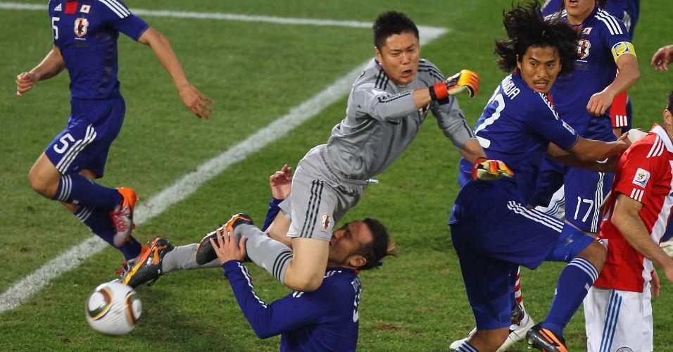 Brasileiro naturalizado japonês Túlio Tanaka se enrosca com o goleiro da própria equipe durante jogo contra o Paraguai na Copa do Mundo (junho/2010)