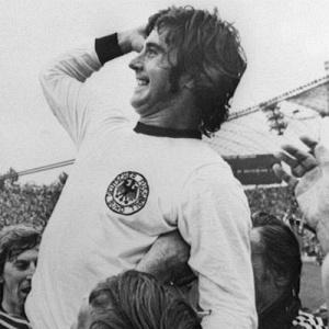 Campe�es no bolso: Cada jogador da Alemanha Ocidental recebeu US$ 50 mil como pr�mio pelo t�tulo em casa