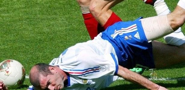 Mesmo lesionado na coxa, Zidane entrou em campo contra a Dinamarca na Copa de 2002