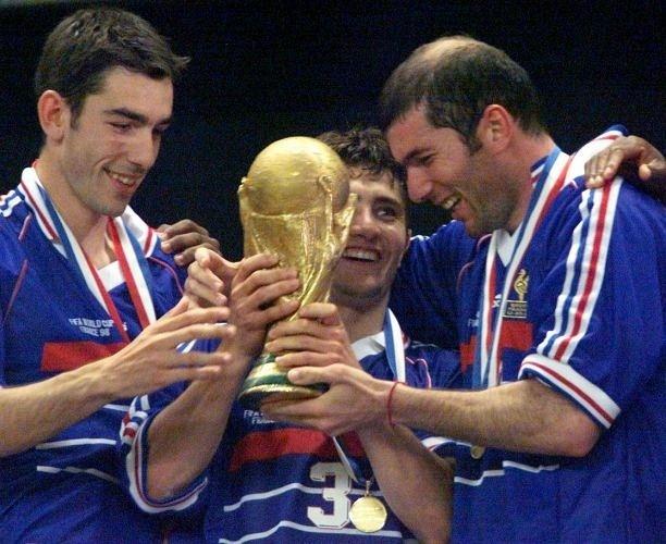 Os franceses Robert Pires (esq.), Bixente Lizarazu e Zinedine Zidane seguram a taça da Copa do Mundo