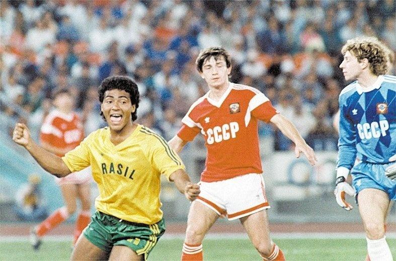 Romário comemora gol no jogo final, em que a seleção brasileira ganha a medalha de prata nas Olimpíadas de 1988