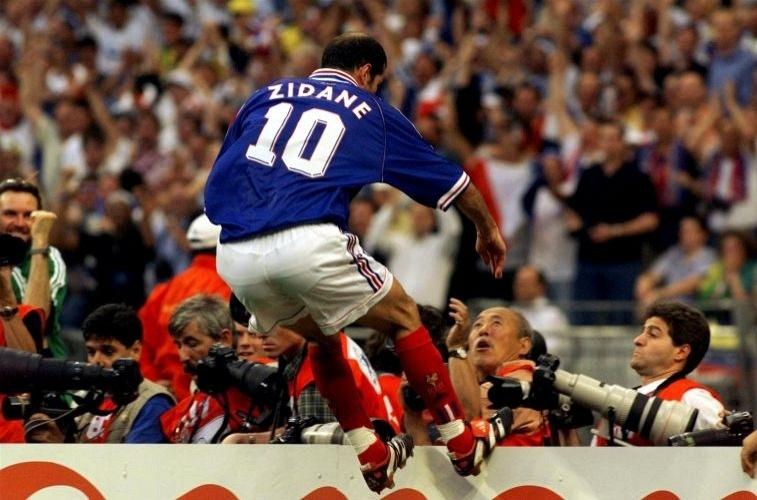 Zidane comemora um de seus gols na vitória da França sobre o Brasil por 3 a 0, na decisão da Copa do Mundo de 1998