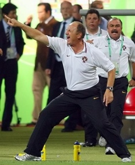 Luiz Felipe Scolari comemora gol de Portugal em duelo pelas oitavas de final contra a Holanda