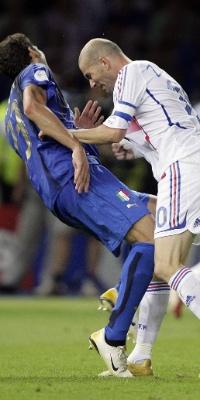 Zidane dá uma cabeçada em Materazzi na final da Copa do Mundo de 2006