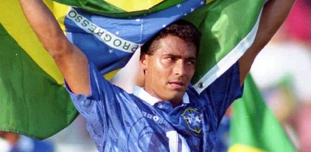 Romário segura bandeira do Brasil após vitória contra a Suécia na semifinal da Copa de 1994