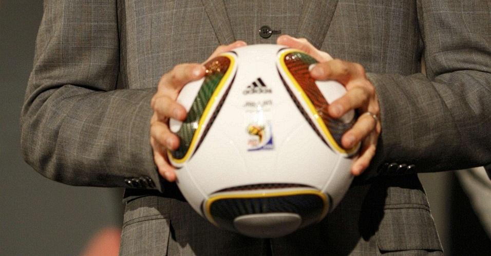 Meia inglês David Beckham apresenta bola da oficial da Copa-2010