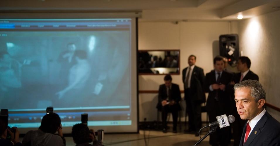 Procurador mexicano mostra imagens do circuito de segurança do bar onde Salvador Cabañas levou um tiro na cabeça