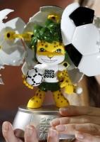 Modelo exibe mascote da Copa de 2010 em evento da Fifa