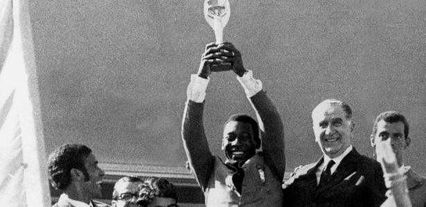 Pelé ergue a taça Jules Rimet ao lado do General Emilio Garrastazu Medici após vencer a Copa de 1970