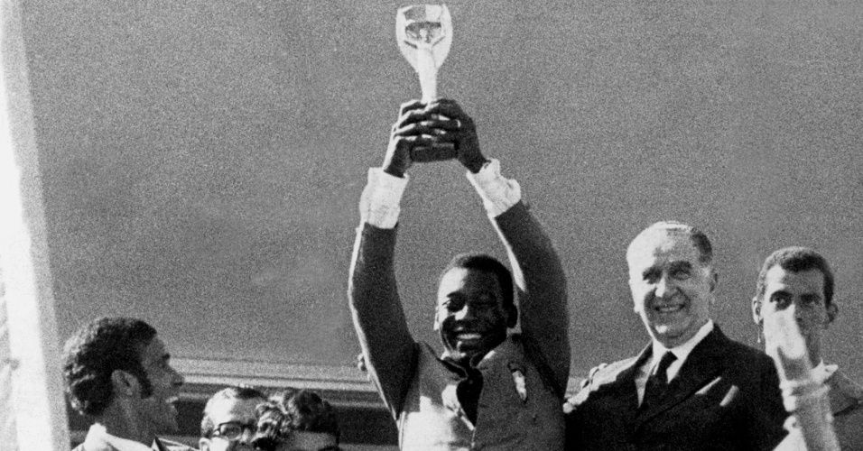 Pelé ergue a taça Jules Rimet ao lado do General Emilio Garrastazu Medici após vencer a Copa do Mundo de 1970
