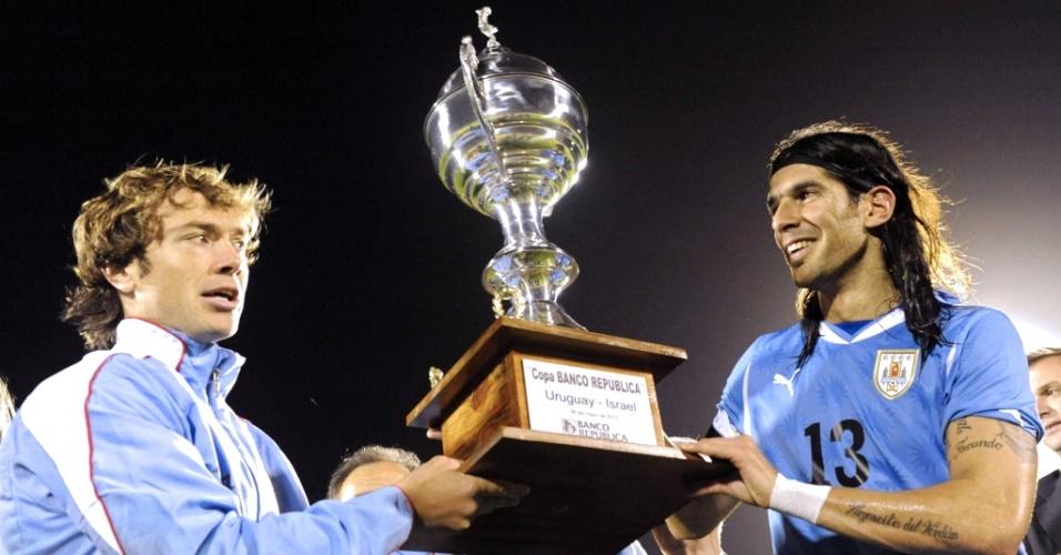 Lugano (e) e Loco Abreu levantam troféu do