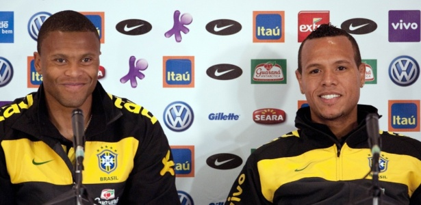 Luís Fabiano e Júlio Baptista fazem coro contra bola da Copa   é  sobrenatural  - 30 05 2010 - UOL Copa do Mundo - Últimas Notícias f8ac4d288ec43