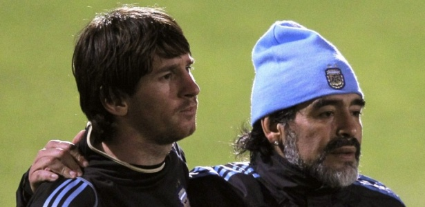 Messi e Maradona em 2010, quando ex-jogador era técnica da Argentina