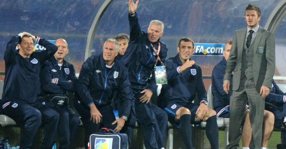Cortado do time devido a uma lesão, David Beckham acompanha do o desempenho da Inglaterra com o resto da comissão técnica