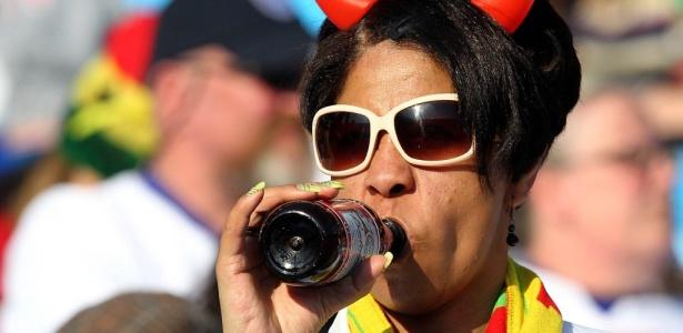 Torcedora toma cerveja durante partida na Copa do Mundo da África, em 2010