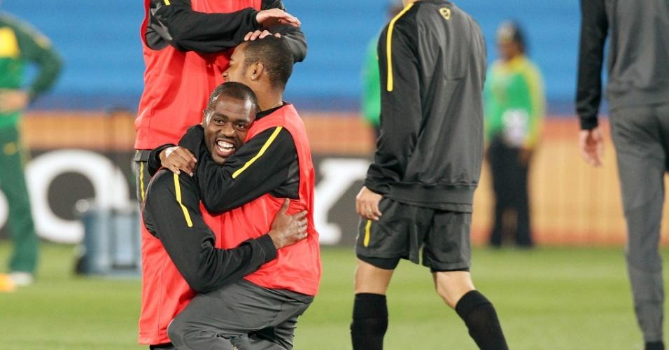 Grafite (e) e Robinho se abraçam durante momento descontraído do treino da seleção brasileira