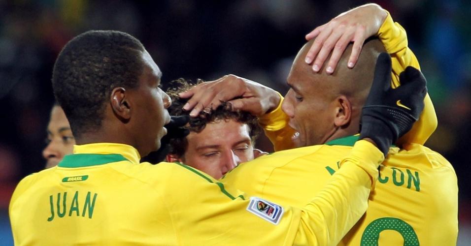 Juan (e) e Maicon (d) comemoram gol de Elano, o segundo do Brasil contra Coreia do Norte