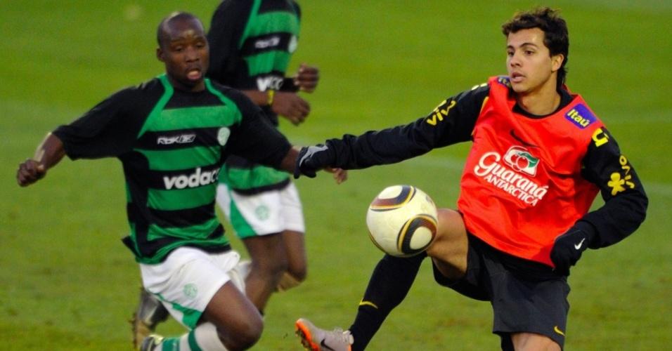 Nilmar domina a bola em jogo-treino dos reservas da seleção brasileira contra o The Birds