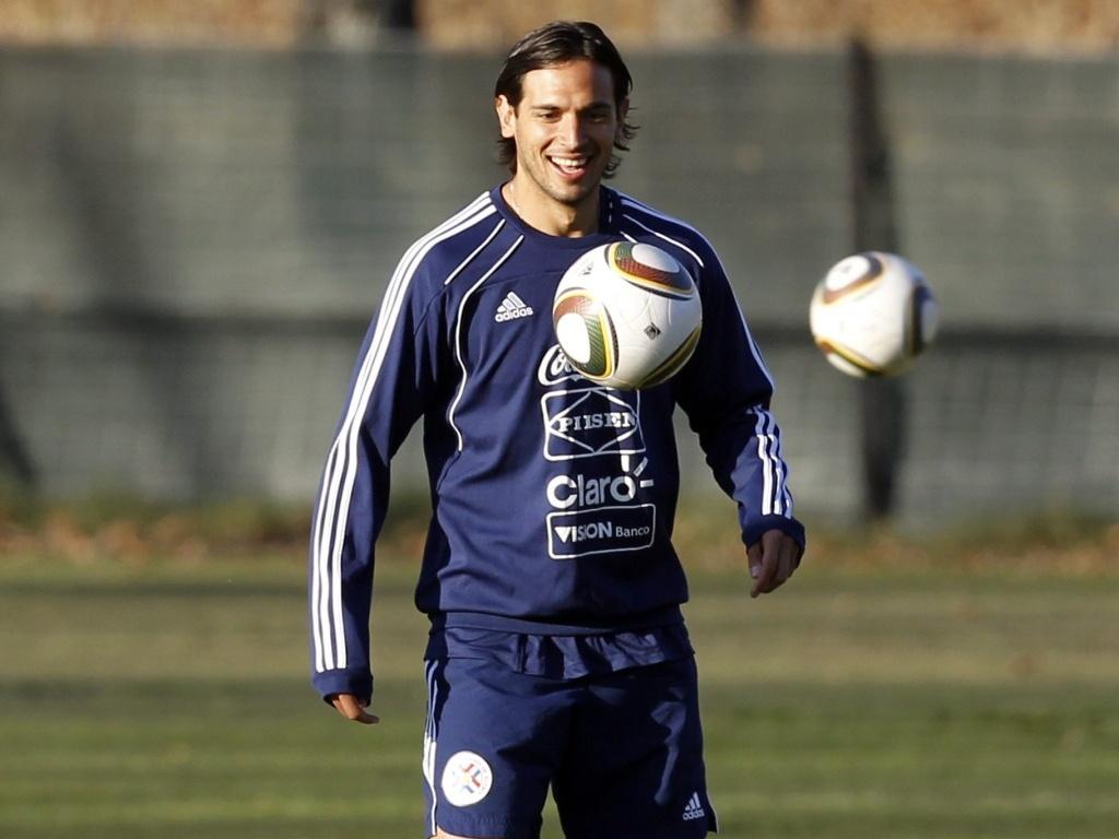Atacante Roque Santa Cruz pode entrar como titular na partida do Paraguai contra a Eslováquia