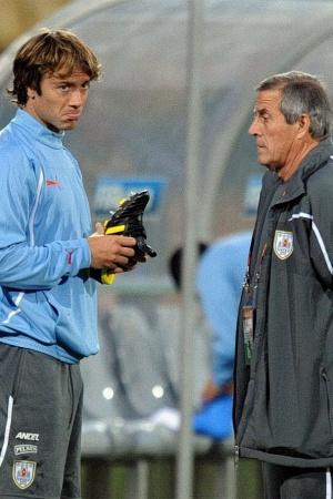 Lugano (e) conversa com o técnico Oscar Tabárez