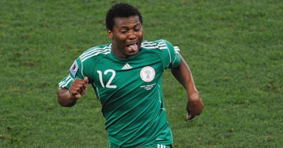 Kalu Uche faz careta enquanto comemora o primeiro gol da Nigéria contra a Coreia do Sul