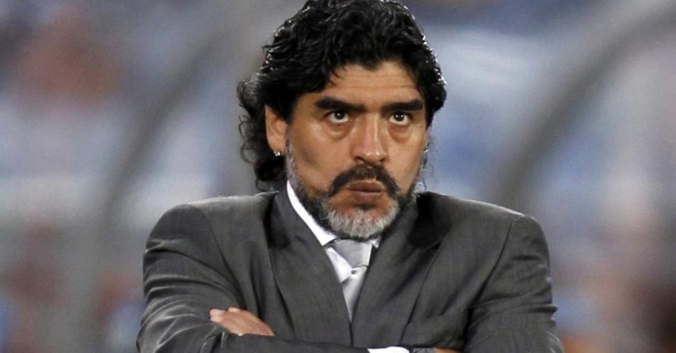 Técnico Diego Maradona faz careta durante vitória da Argentina sobre a Grécia