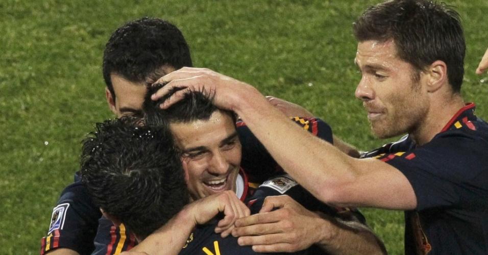 David Villa comemora com os jogadores da Espanha após fazer o primeiro gol na vitória por 2 a 1 sobre o Chile