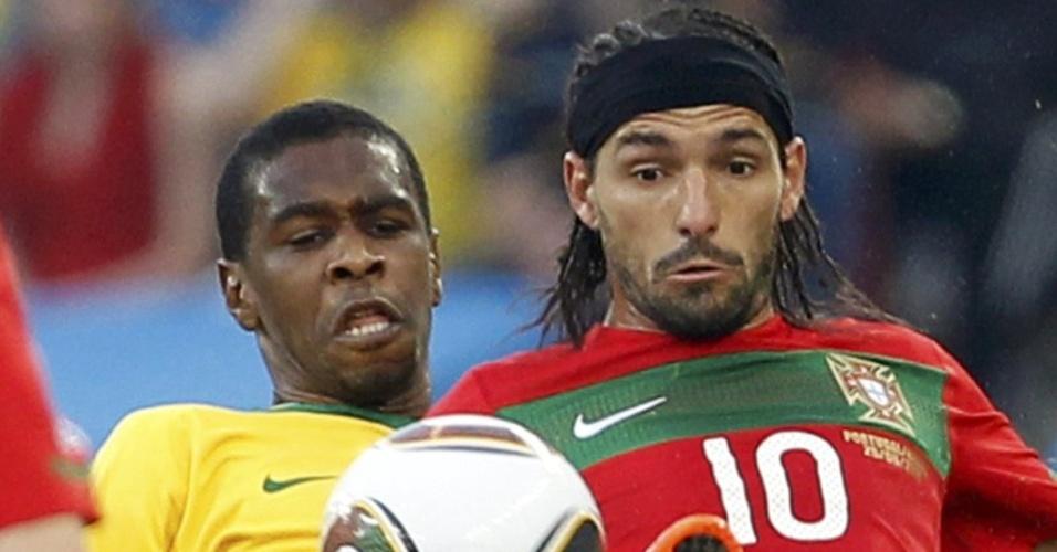 Juan, zagueiro brasileiro, briga pela bola com Danny, de Portugal