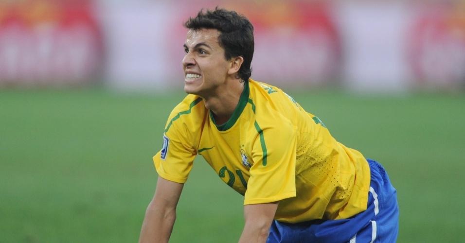 Nilmar faz careta na partida entre Brasil e Portugal