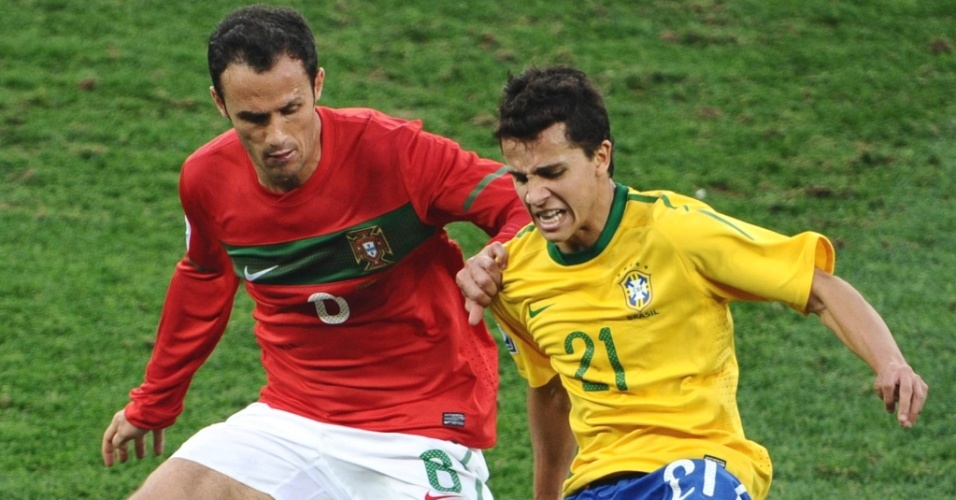 Ricardo Carvalho (e) tenta roubar a bola de Nilmar