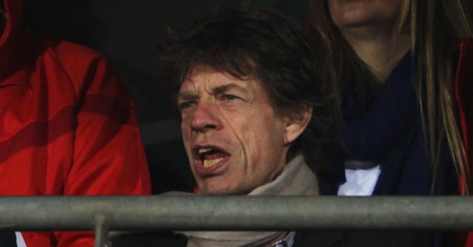 Cantor inglês Mick Jagger (à direita) assiste ao jogo dos Estados Unidos com o ex-presidente norte-americano Bill Clinton