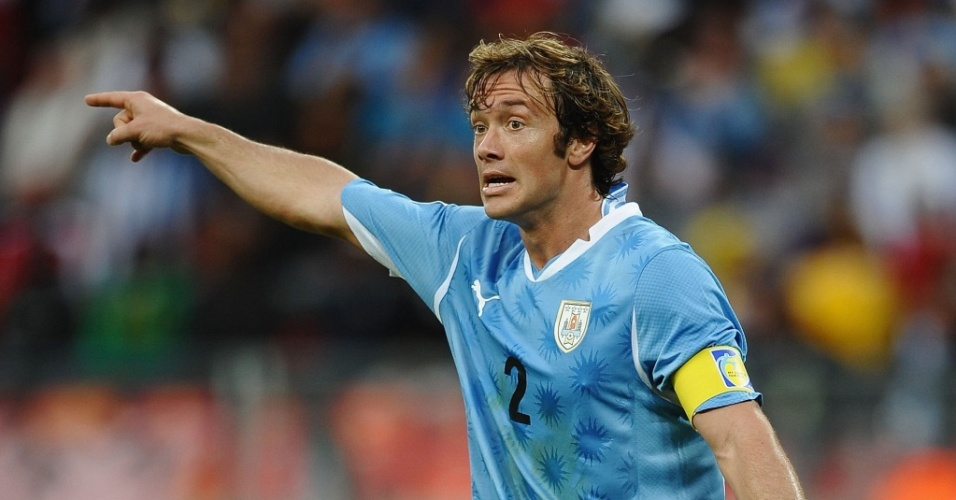 Diego Lugano orienta jogadores do Uruguai na partida contra a Coreia do Sul pelas oitavas de final da Copa