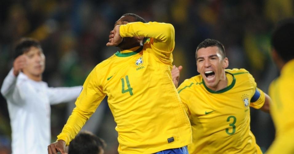 Juan (4) parte para a comemoração ao abrir o placar para o Brasil contra o Chile
