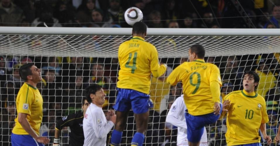 Juan sobe mais do que a zaga chilena e abre o placar para o Brasil com um gol de cabeça