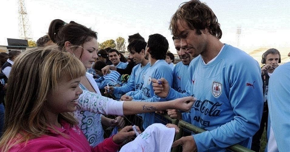Lugano e outros jogadores do Uruguai distribuem autógrafos na África