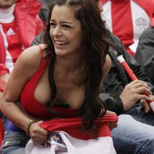 Modelo Larissa Riquelme comanda a torcida paraguaia em Assun��o durante a Copa do Mundo