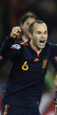 David Villa (d) corre para comemorar o gol da vitória da Espanha sobre o Paraguai