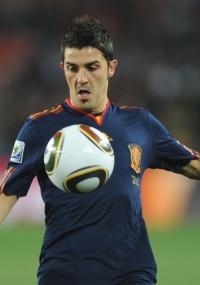 David Villa domina a bola no jogo Espanha x Paraguai