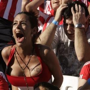Larissa Riquelme lamenta a derrota do Paraguai para a Espanha por 1 a 0 no �ltimo s�bado. A modelo havia prometido ficar nua caso a sele��o de seu pa�s vencesse e alcan�asse as semifinais. Apesar da elimina��o, a musa ir� tirar a roupa como forma de retribuir o esfor�o dos jogadores