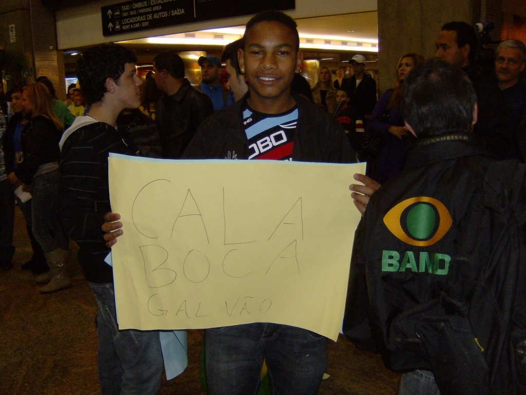 Garoto levanta cartaz com Cala Boca Galvao