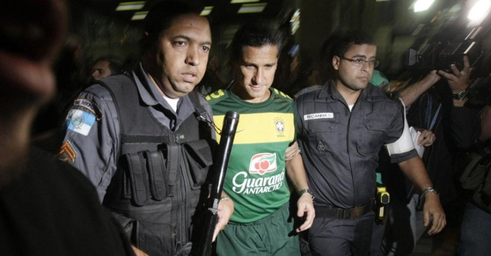 Jorginho é escoltado por policiais na chegada da seleção ao Brasil
