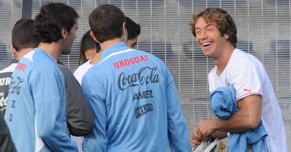 Lugano (d) sorri em treino do Uruguai na véspera da semifinal contra a Holanda