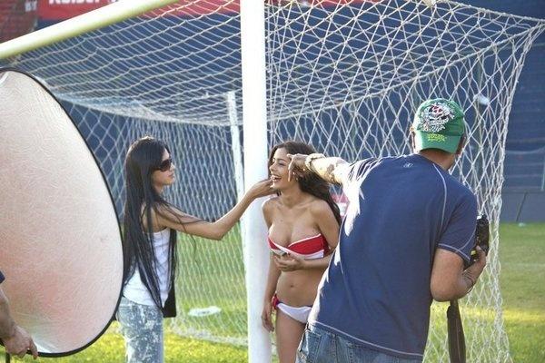 Larissa Riquelme fez ensaio nu no estádio do Cerro Porteño após fazer sucesso na Copa de 2010