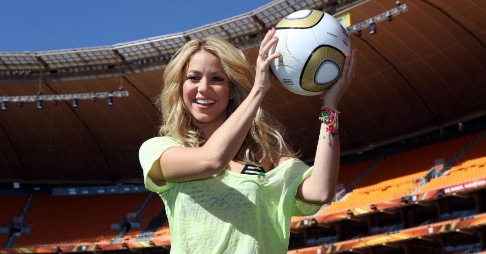 Shakira exibe a Jabulani em visita ao estádio Soccer City