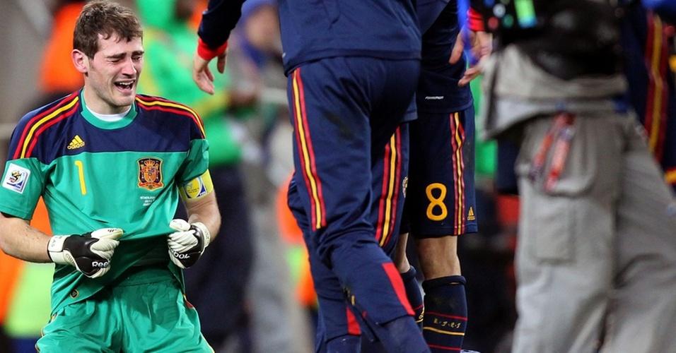 Casillas chora após a vitória da Espanha sobre a Holanda