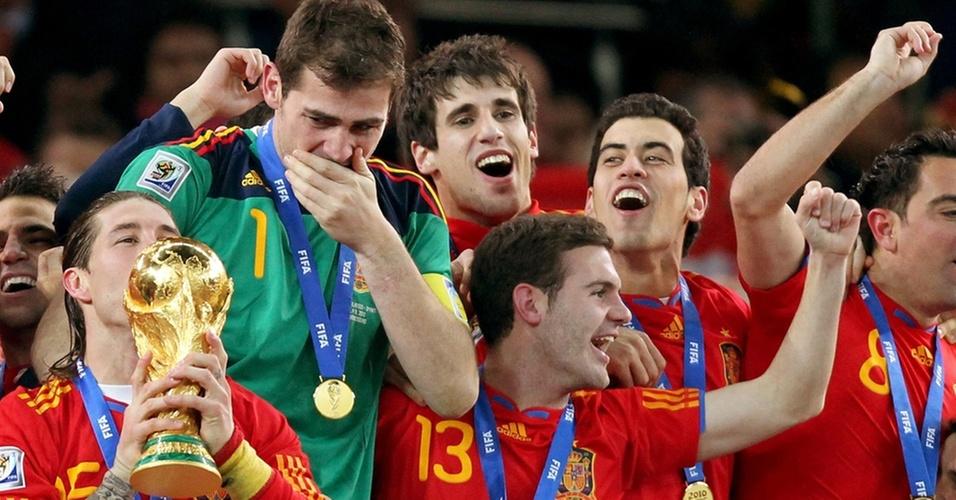Jogadores espanhóis comemoram, Casillas chora e Sergio Ramos beija a taça Fifa